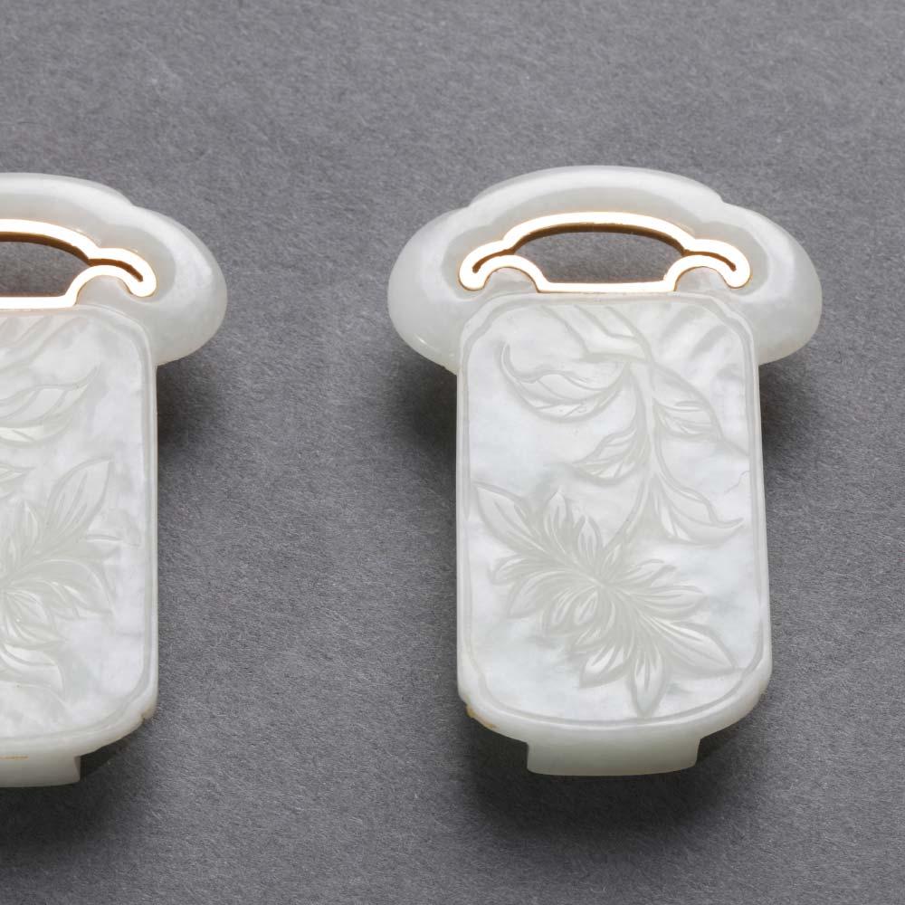 Une paire de boucles de ceinture en jade blanc sculpté en forme de têtes de ruyi - 2