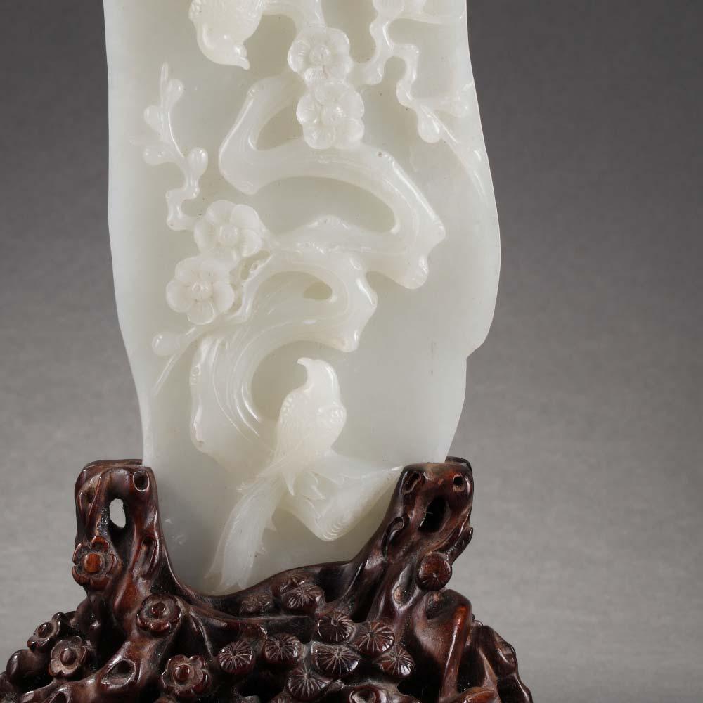 Importante plaque en jade blanc sculpté de d'oiseaux parmi les prunus et son socle en bois - 2