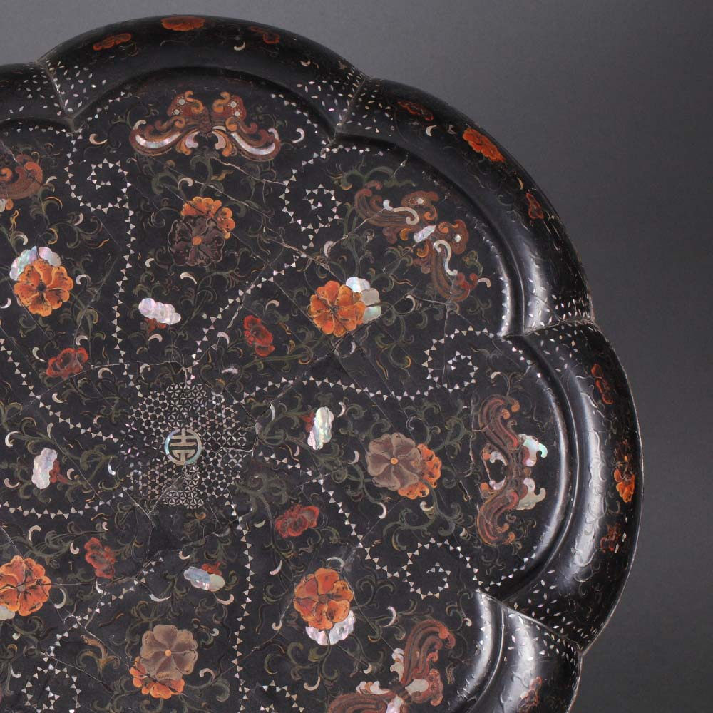 An important inlaid black lacquer marriage box decorated with butterflies and flower scrolls - 2