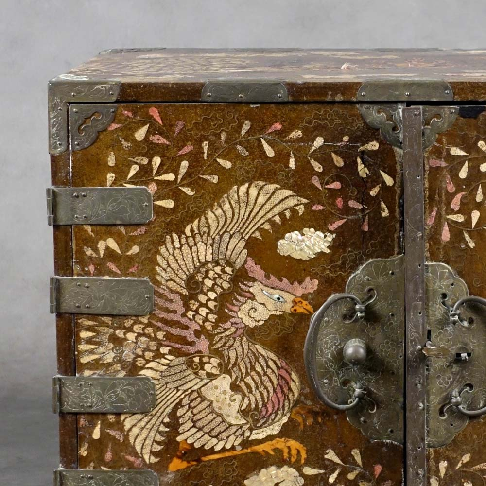 Rare gakke–suli two-doors cabinet decorated with dragons and phoenix - 2