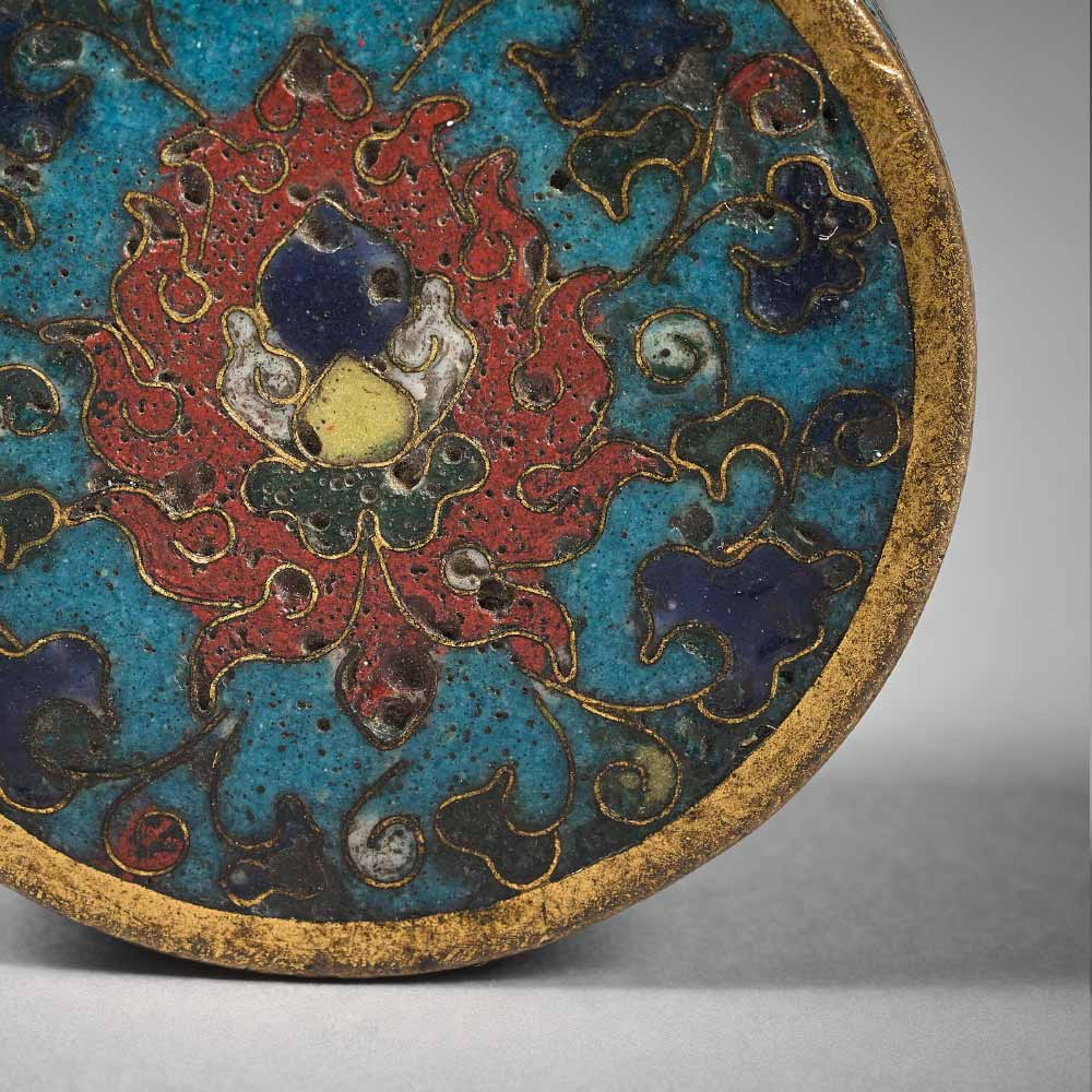 A rare small round box with lotus and floral scrolls on a turquoise ground - 2