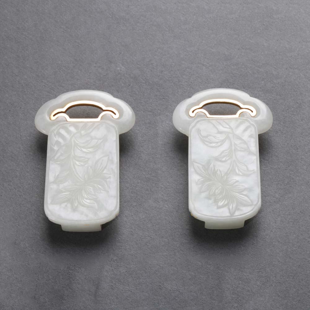 Une paire de boucles de ceinture en jade blanc sculpté en forme de têtes de ruyi - 1