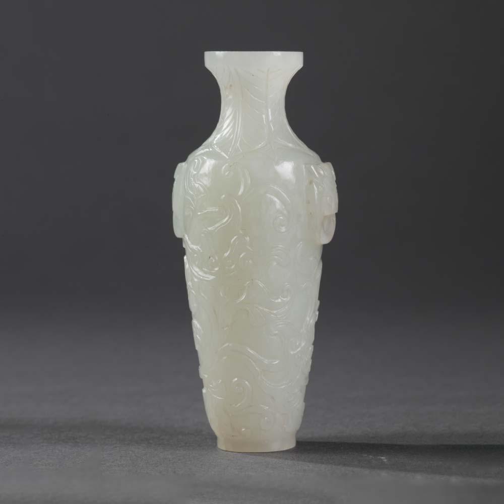 Vase miniature en jade blanc - 1