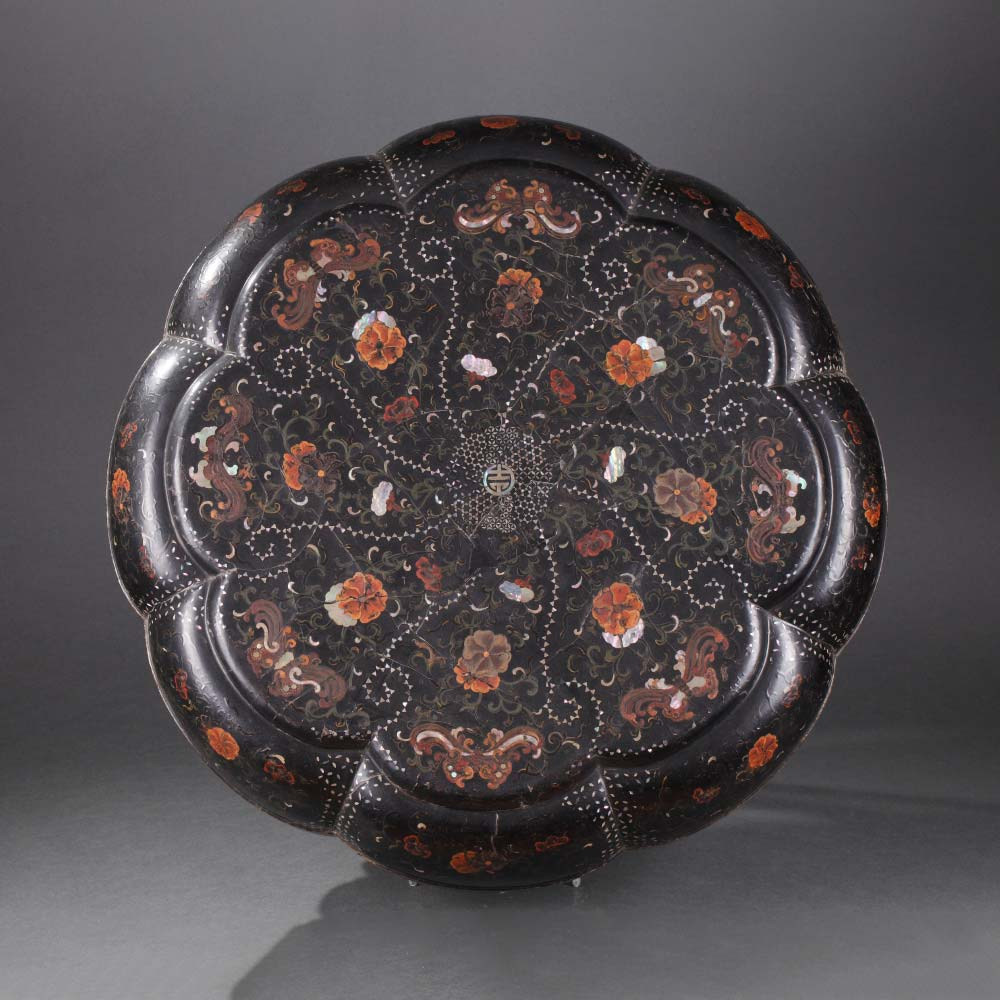 An important inlaid black lacquer marriage box decorated with butterflies and flower scrolls - 1