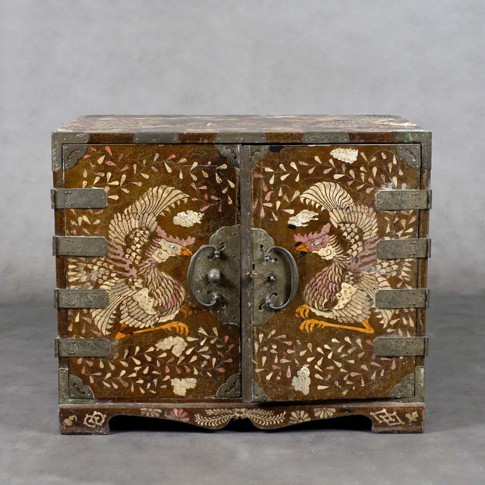 Rare gakke–suli two-doors cabinet decorated with dragons and phoenix - 1