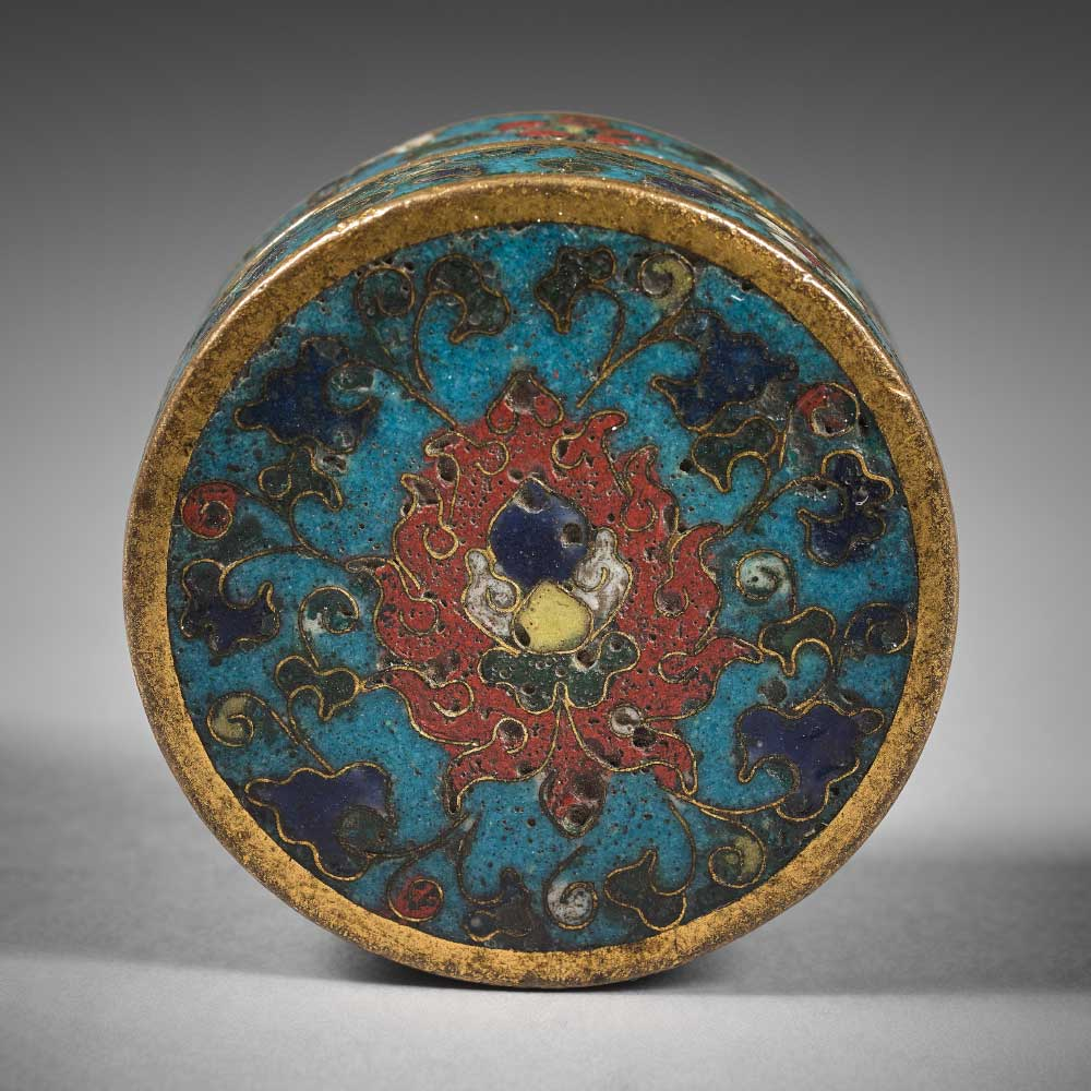 A rare small round box with lotus and floral scrolls on a turquoise ground - 1