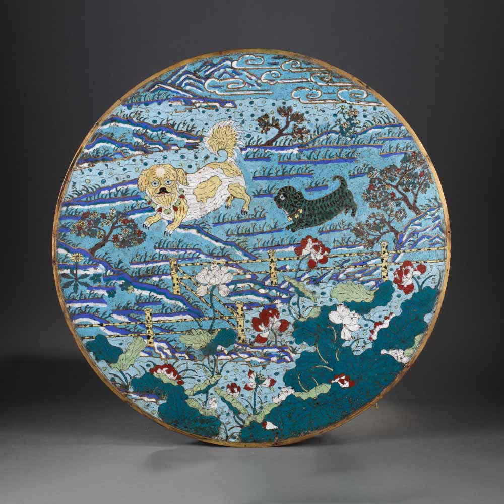 A rare gilt-bronze and cloisonné enamels round plaque decorated with dogs in a garden - 1