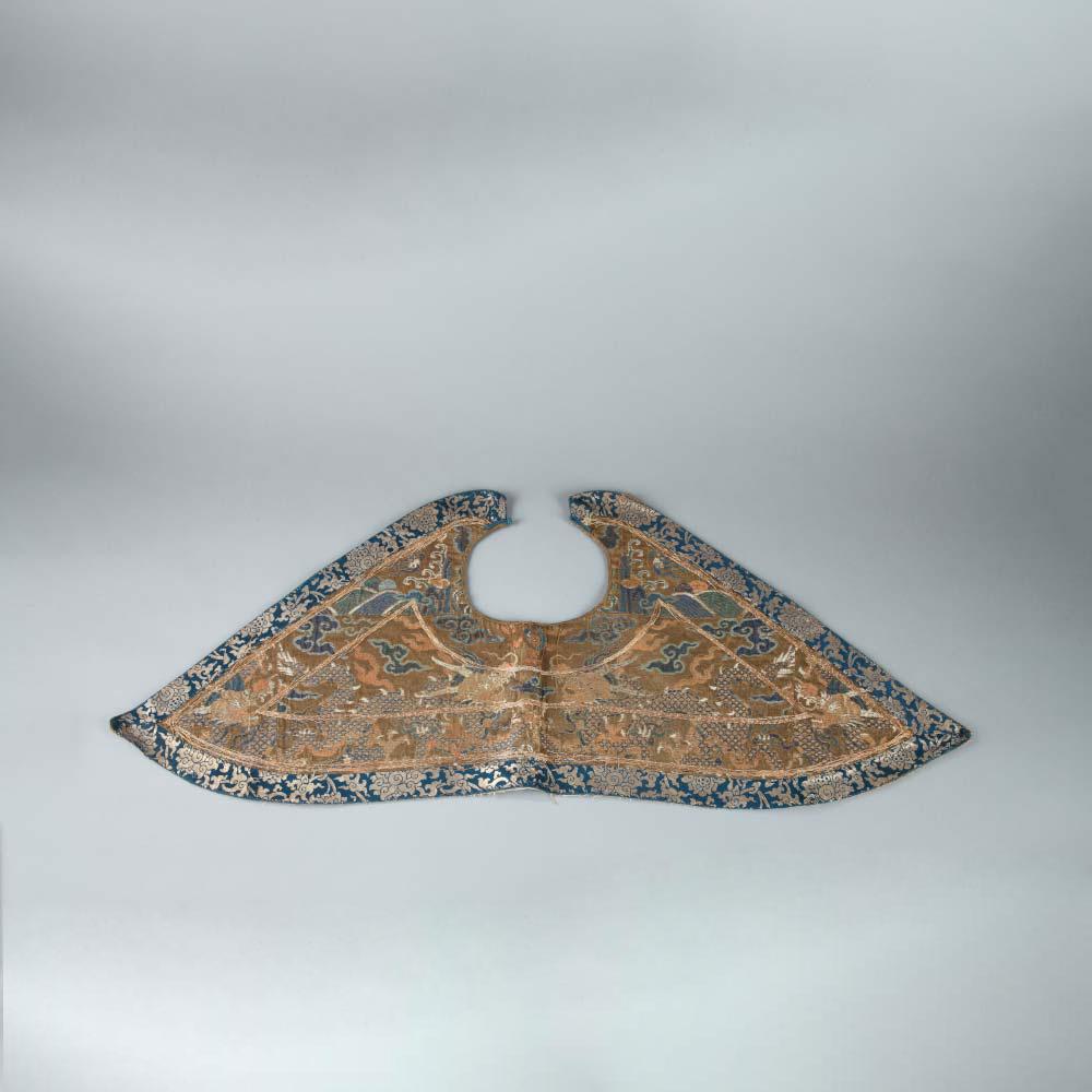 A rare silk brocade piling collar - 1