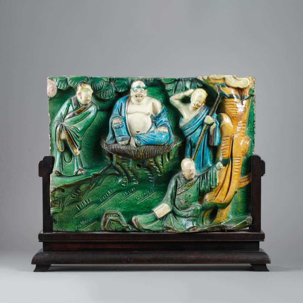 An important sancai stoneware plaque with buddhist characters - 1